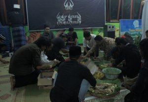 Usai munajat segera Mas Jion mempersilahkan para sedulur untuk merapat menikmati hidangan