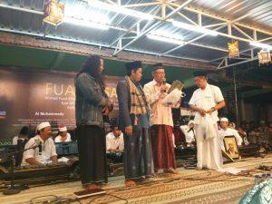 Pemberian hadiah dari Pakde Fuad kepada Majlis Gugurgunung yang kali diterima oleh mas Kasno sebagai perwakilan Majlis Gugurgunung